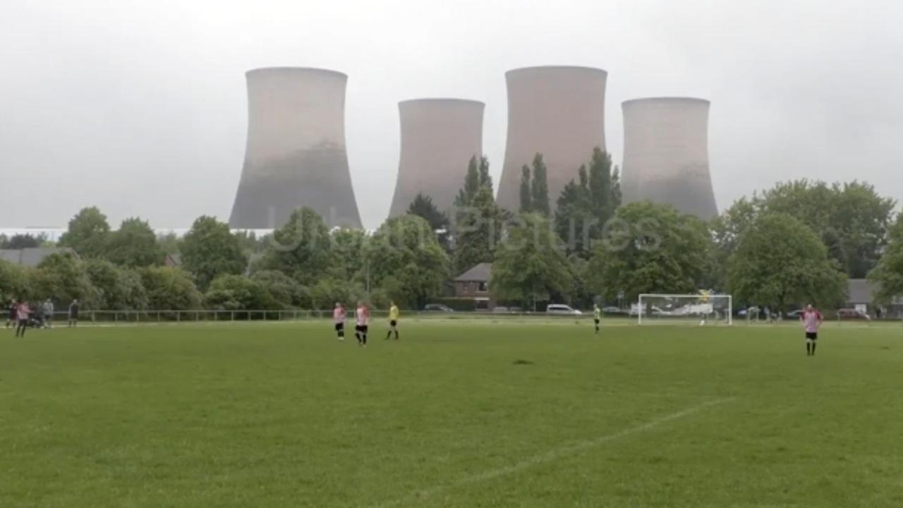 El derribo de cuatro torres de una central eléctrica interrumpe un partido en Reino Unido.