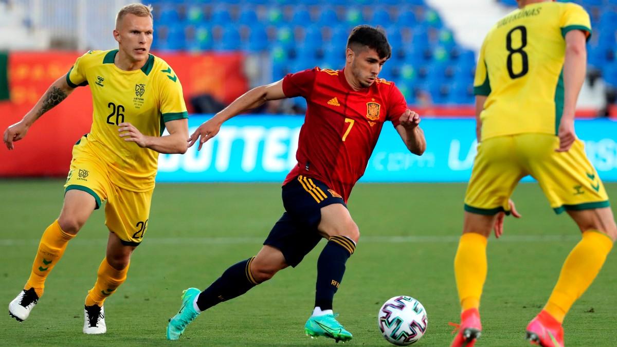 Brahim Díaz conduce un balón en el amistoso internacional ante Lituania.