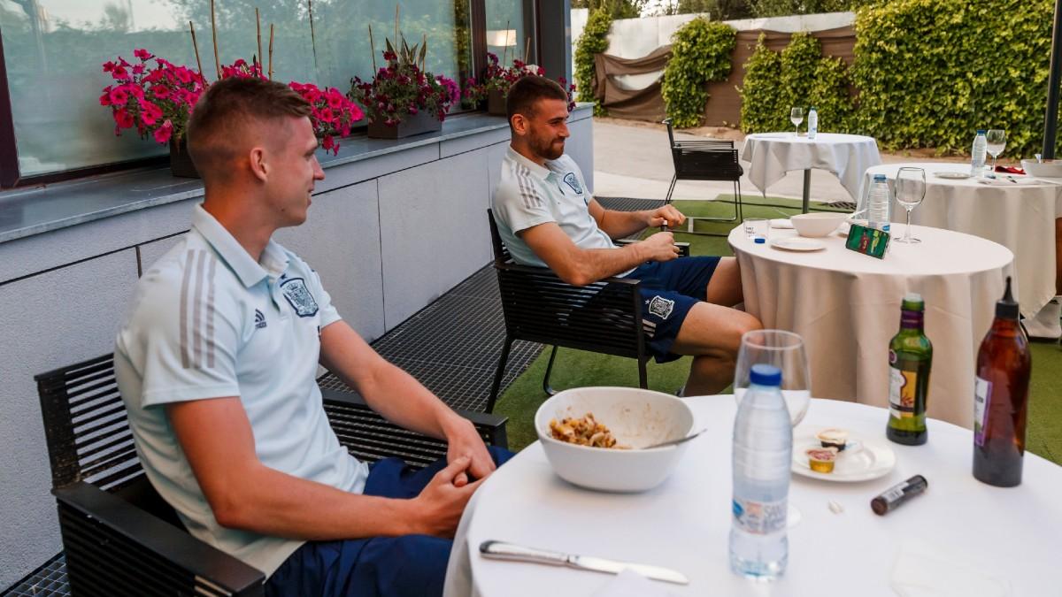 Dani Olmo y Unai Simón, viendo el España – Lituania. (@SeFutbol)