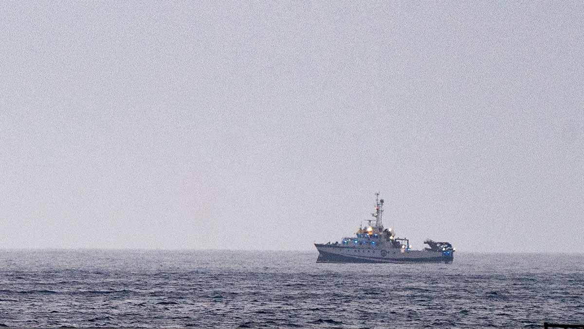 El buque oceanográfico equipado con un sonar y un robot submarino
