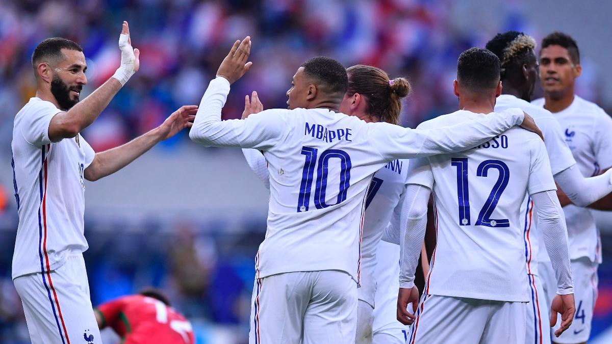 Benzema y Mbappé celebran el gol de Griezmann con Francia. (Getty)