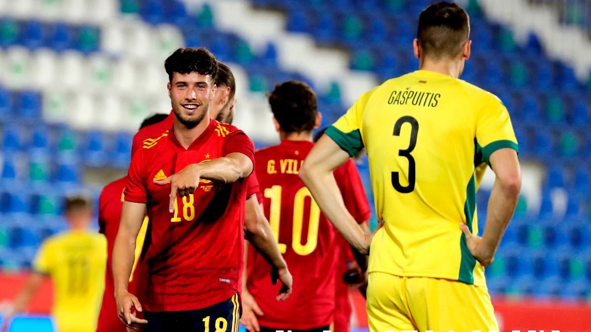 Javi Puado celebra su gol en el España-Lituania. (EFE)