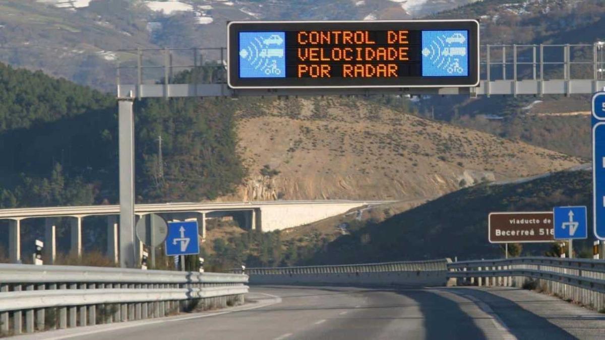 Control de velocidad por radar en una carretera nacional.