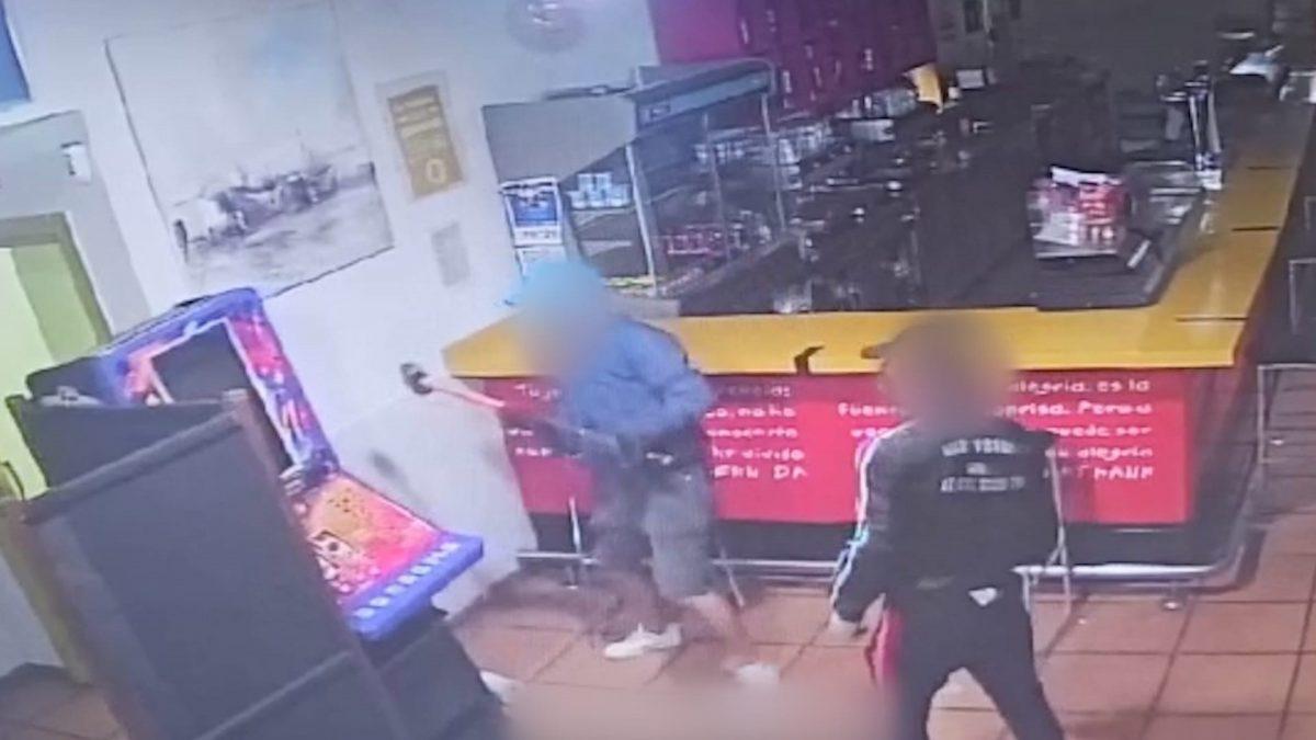 Los dos detenidos, en uno de sus robos perpetrados en un bar de Jerez (GUARDIA CIVIL).