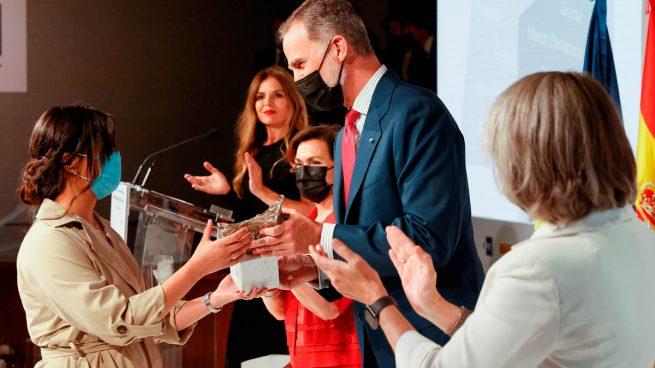 La periodista cubana Nayare Menoyo (i) recibe de manos del Rey Felipe (Foto: EFE).