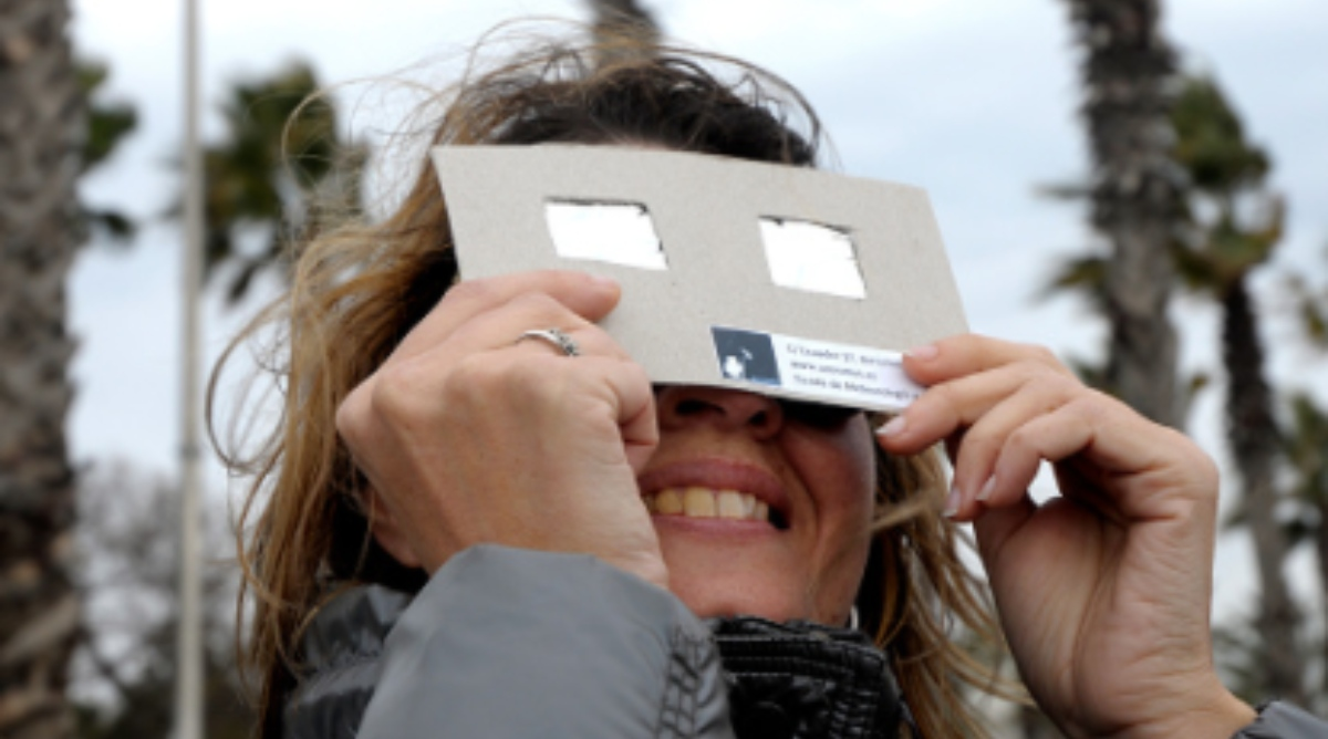 Pasos para hacer gafas para ver el eclipse solar