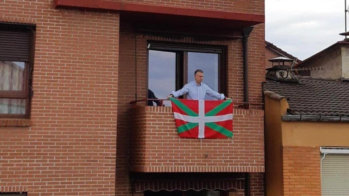 EL Lehendakari, Iñigo Urkullu, colocando la ikurriña en su balcón. (Foto: Europa Press)
