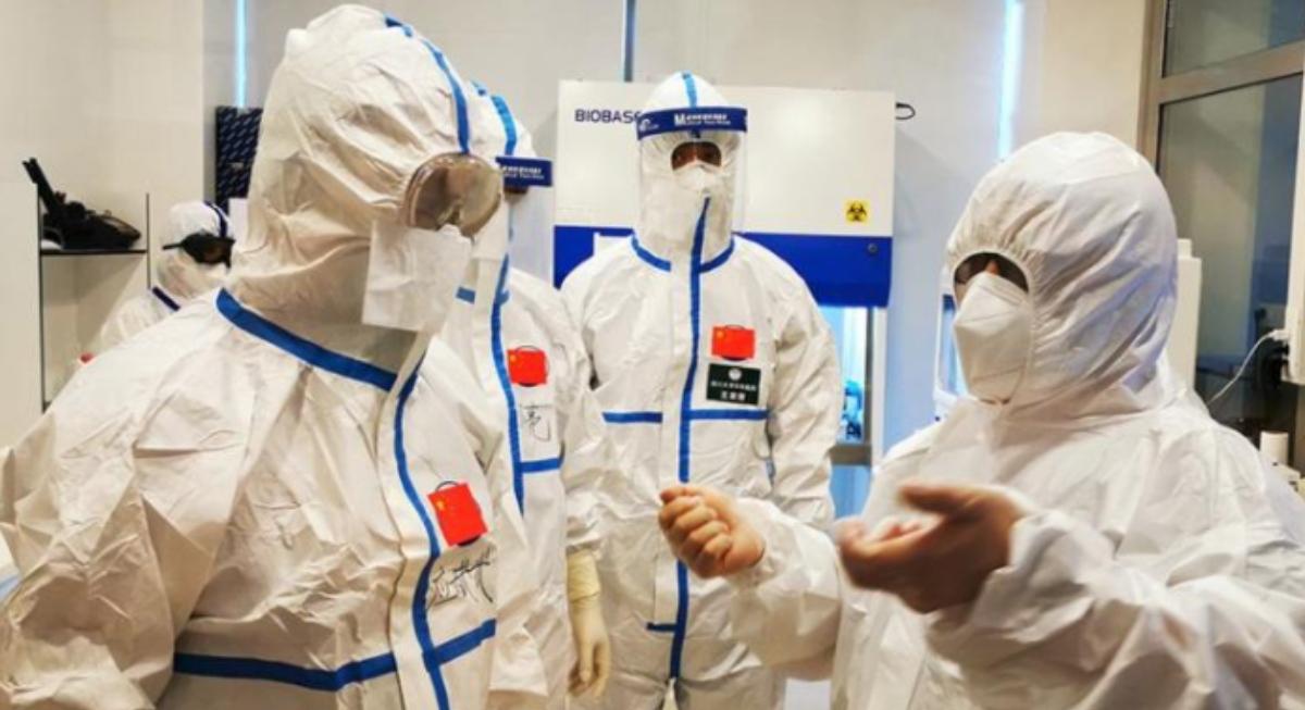 Varios científicos chinos con trajes de protección biológica.