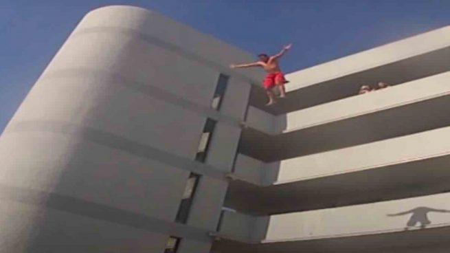 Vuelve el 'balconing': dos heridos graves en Marbella en 24 horas, ambos tras inhalar el 'gas de la risa'