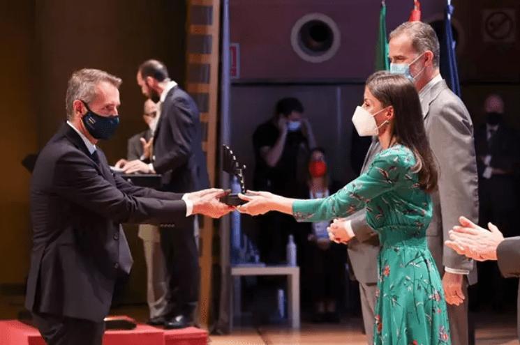 El presidente de Indra, Marc Murtra, recoge de las manos de los Reyes. @Indra