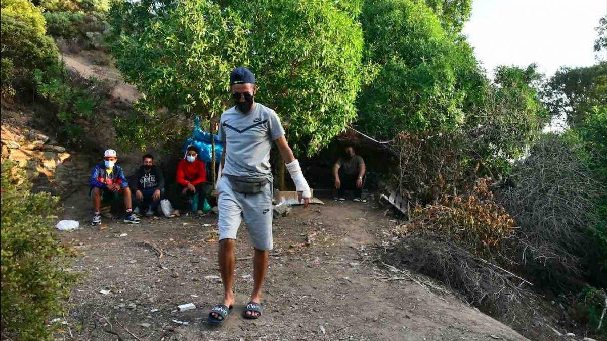 Inmigrantes marroquíes se esconden en las inmediaciones del monte Hacho, en Ceuta (ANTONIO SEMPERE / EUROPA PRESS).