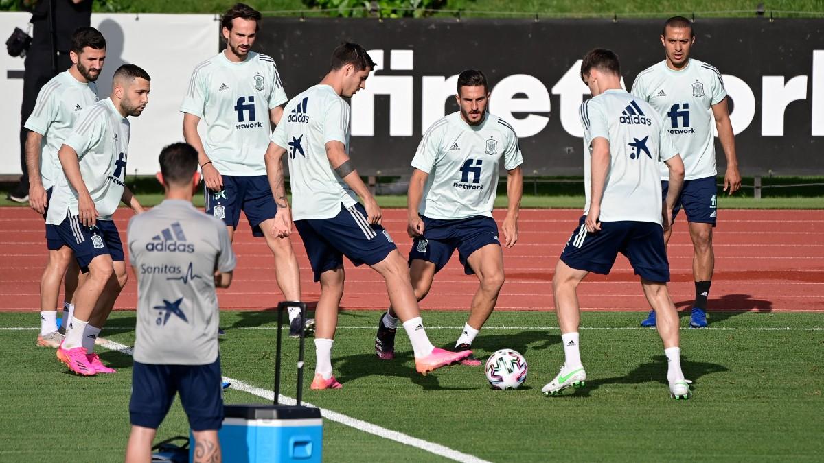 Los jugadores de la Selección, en un entrenamiento en Las Rozas. (EFE)