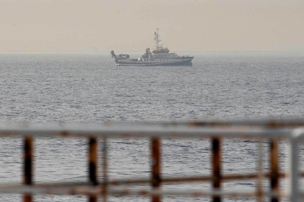 El buque 'Ángeles Alvariño' rastreando la costa de Tenerife.