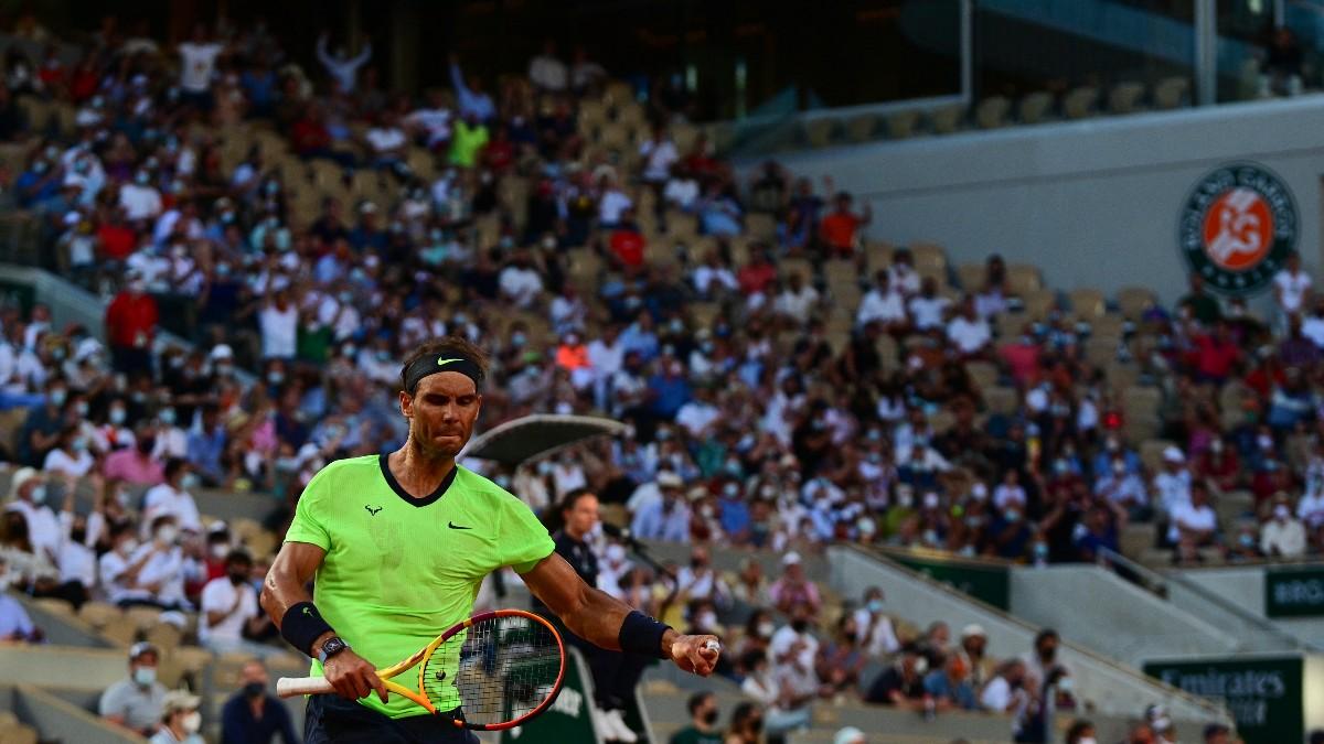 Rafa Nadal celebra un punto ante Djokovic, con el público en las gradas. (AFP)