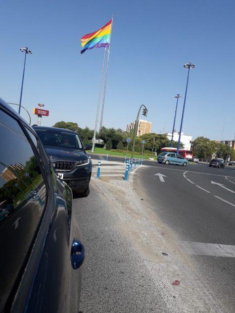 Carteles y bandera LGTBI en Sevilla. (Foto: Ignacio Jiménez).