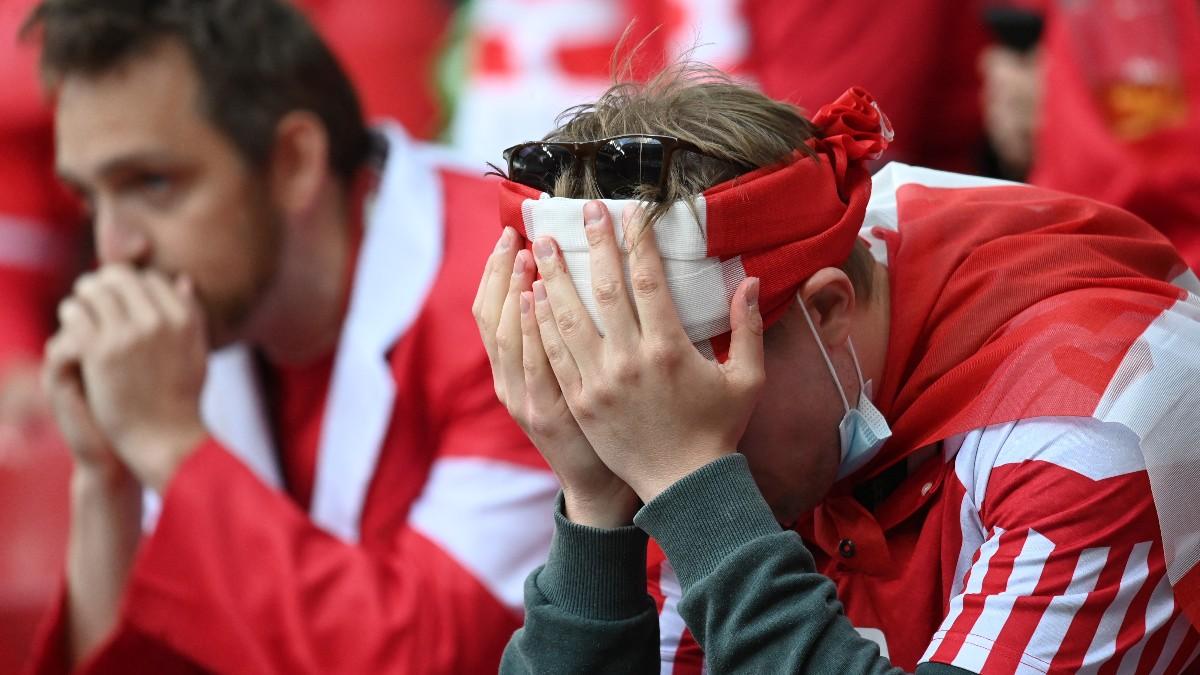Un aficionado se lamenta tras el desplome de Eriksen. (AFP)