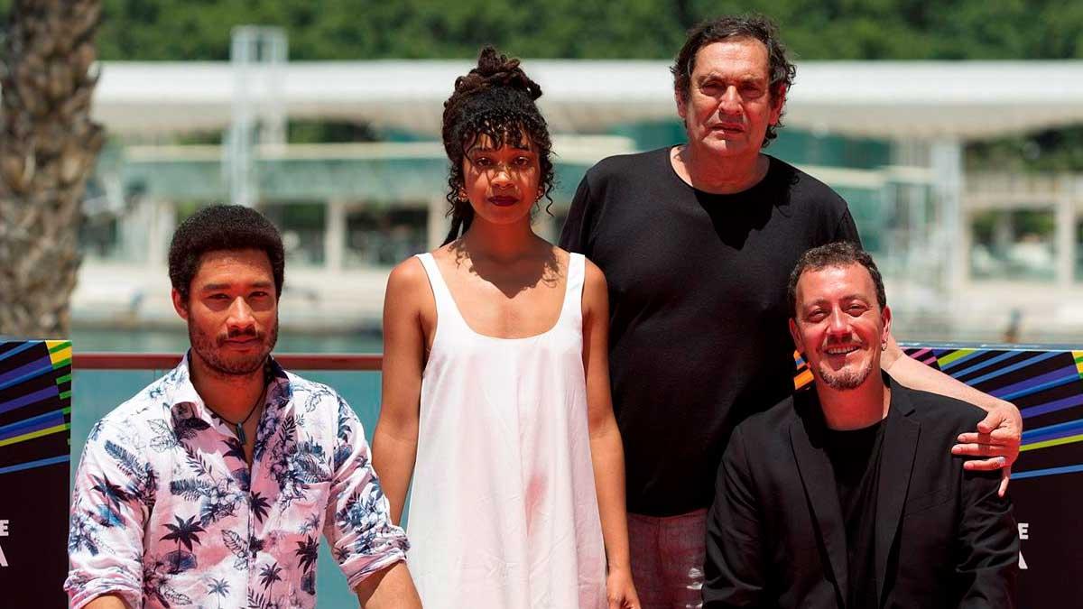 El director Agustí VIllaronga (2d), junto a los actores Oskar Kapoya (i), Mumi Diallo (2i) y Roger Casamajor (d), posan durante la presentación de su película «El ventre del mar». Foto: EFE