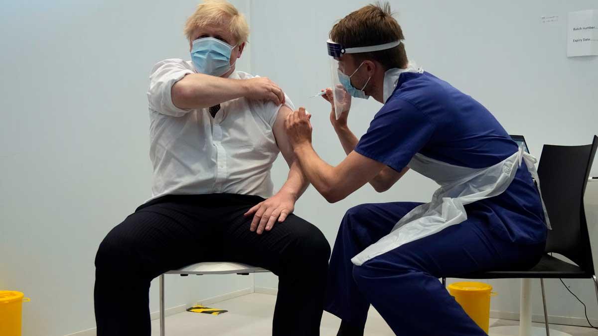 El primer ministro británico, Boris Johnson, recibe la vacuna contra el Covid. Foto: EP
