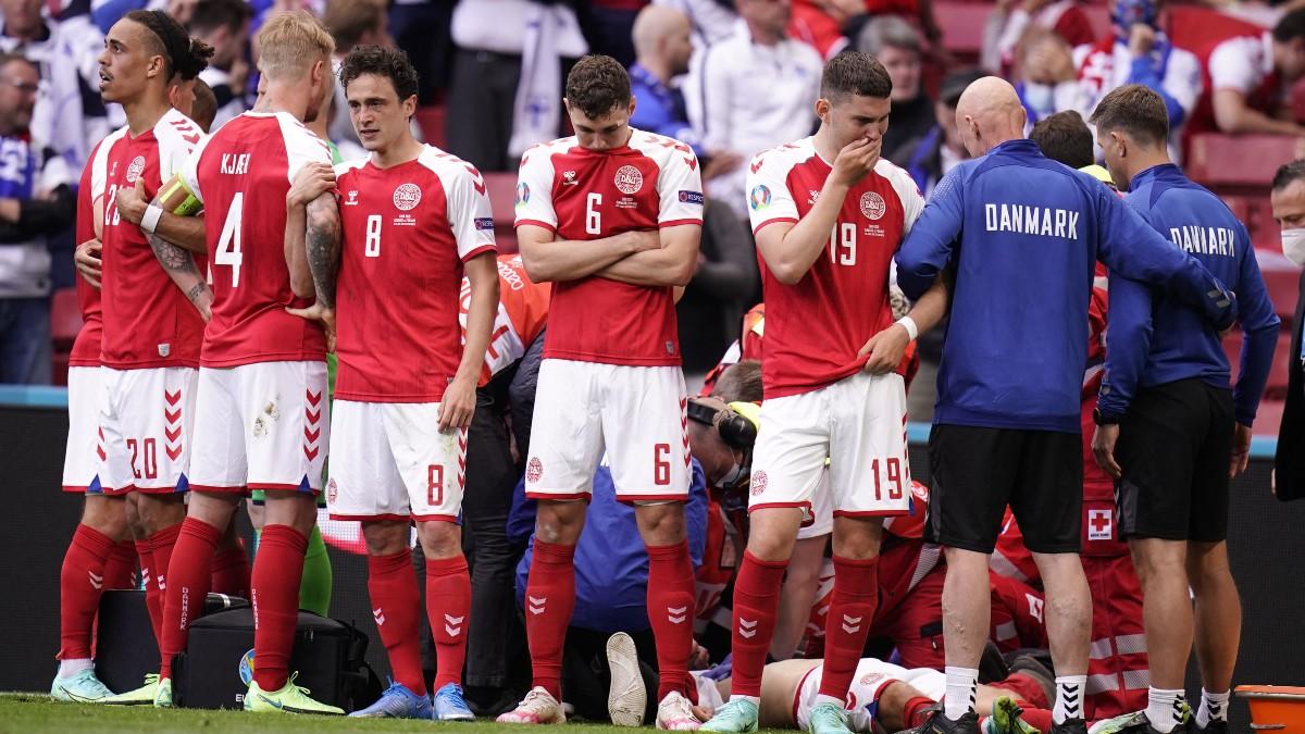 Los compañeros de Eriksen alrededor del jugador tras desplomarse. (AFP)