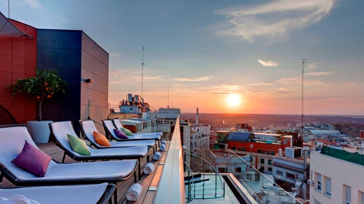 La terraza del hotel Indigo de Madrid, con una puesta de sol de telón de fondo. Foto: EP