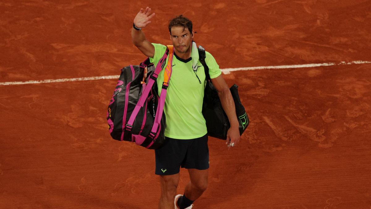 Nadal se despide del público de la Philippe Chatrier tras caer ante Djokovic en Roland Garros (Getty)