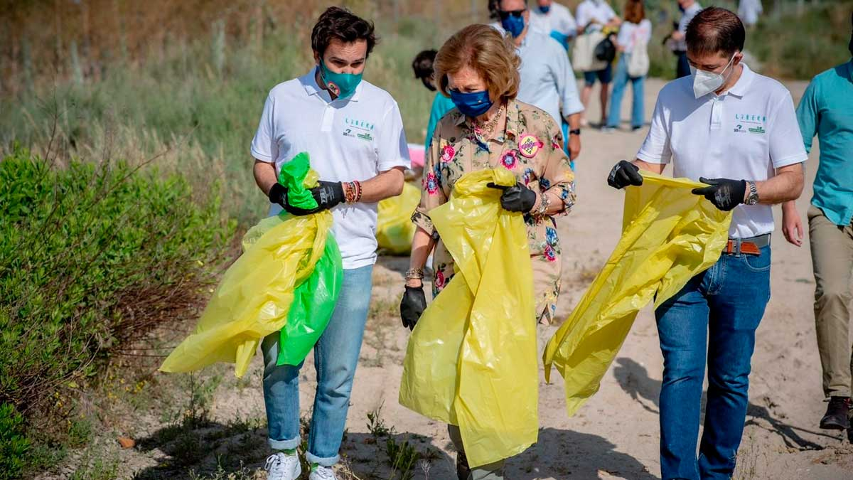 La Reina Sofía participa en la campaña de recogida de basura en espacios naturales del Proyecto Libera. Foto: EP