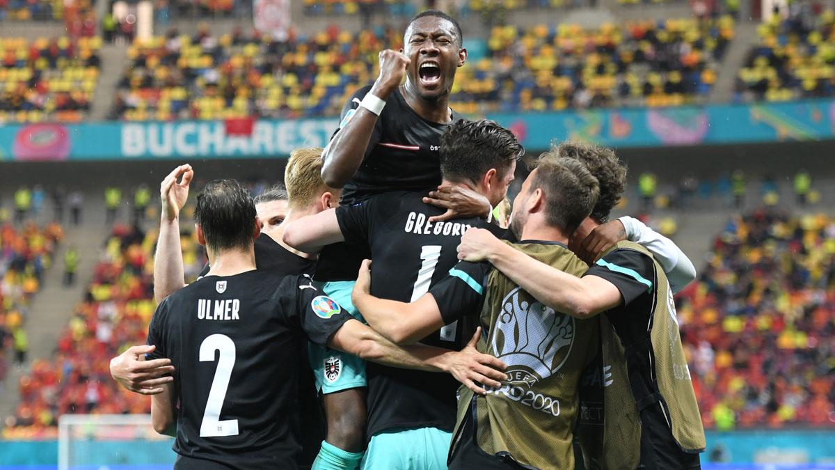 David Alaba celebra con sus compañeros el gol de la victoria de Austria ante Macedonia del Norte (Getty)