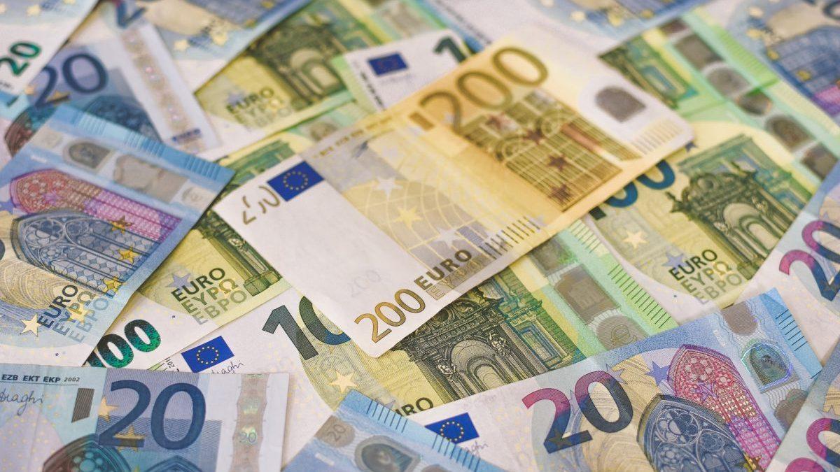 Diferentes billetes de euro.