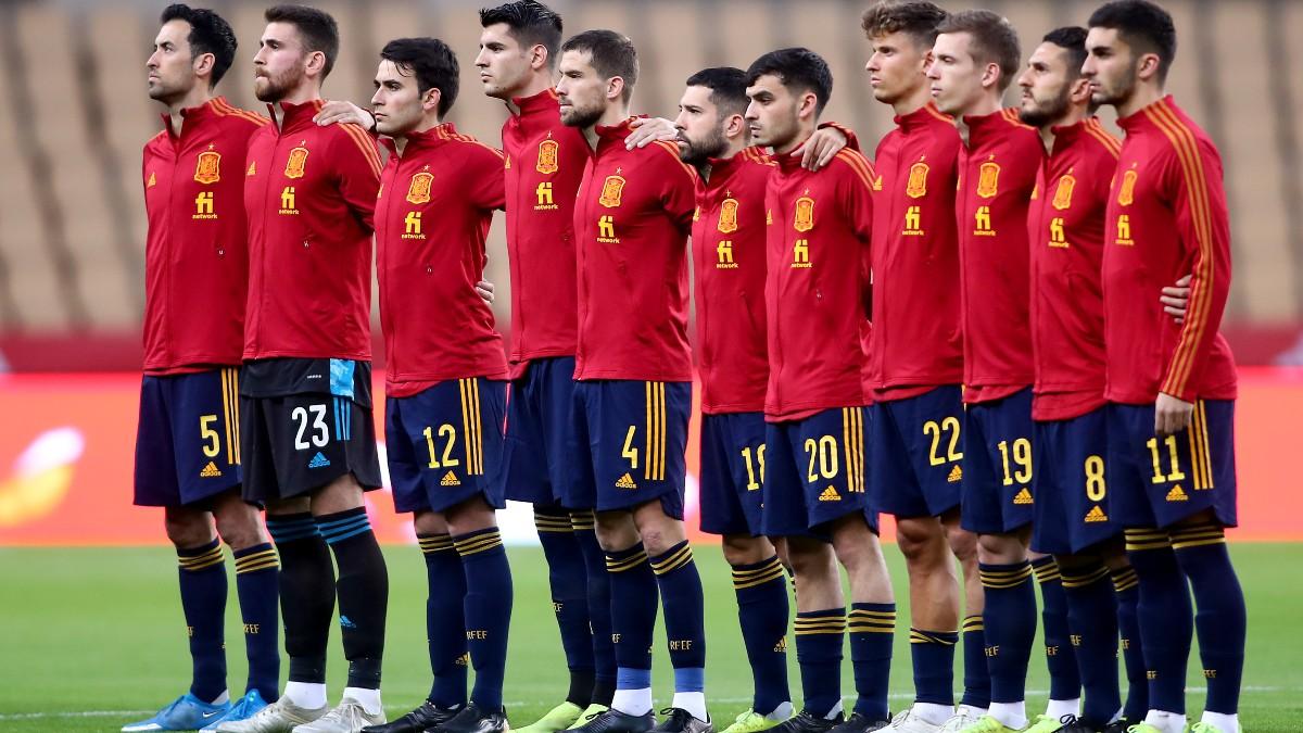 Los jugadores de España escuchan el himno. (Getty)