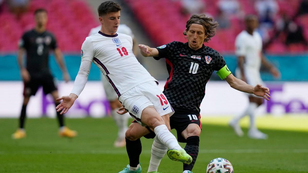 Luka Modric y Mason Mount pelean un balón en la Eurocopa.