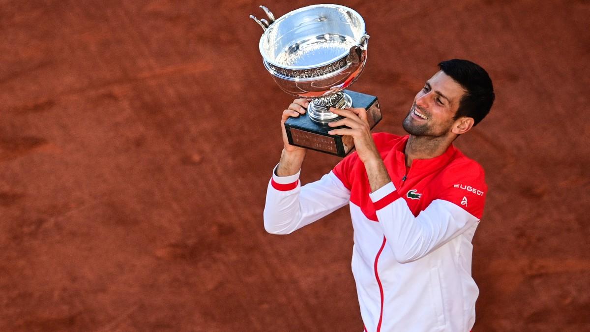 Djokovic levanta el trofeo de Roland Garros. (AFP)