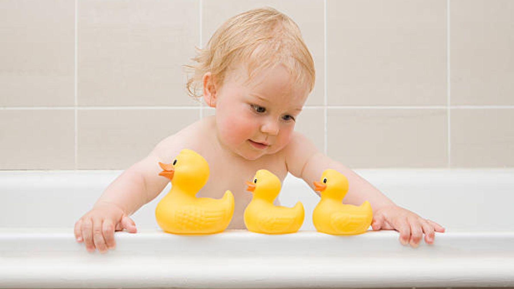 Por qué los patitos de goma pueden ser peligrosos para los bebés