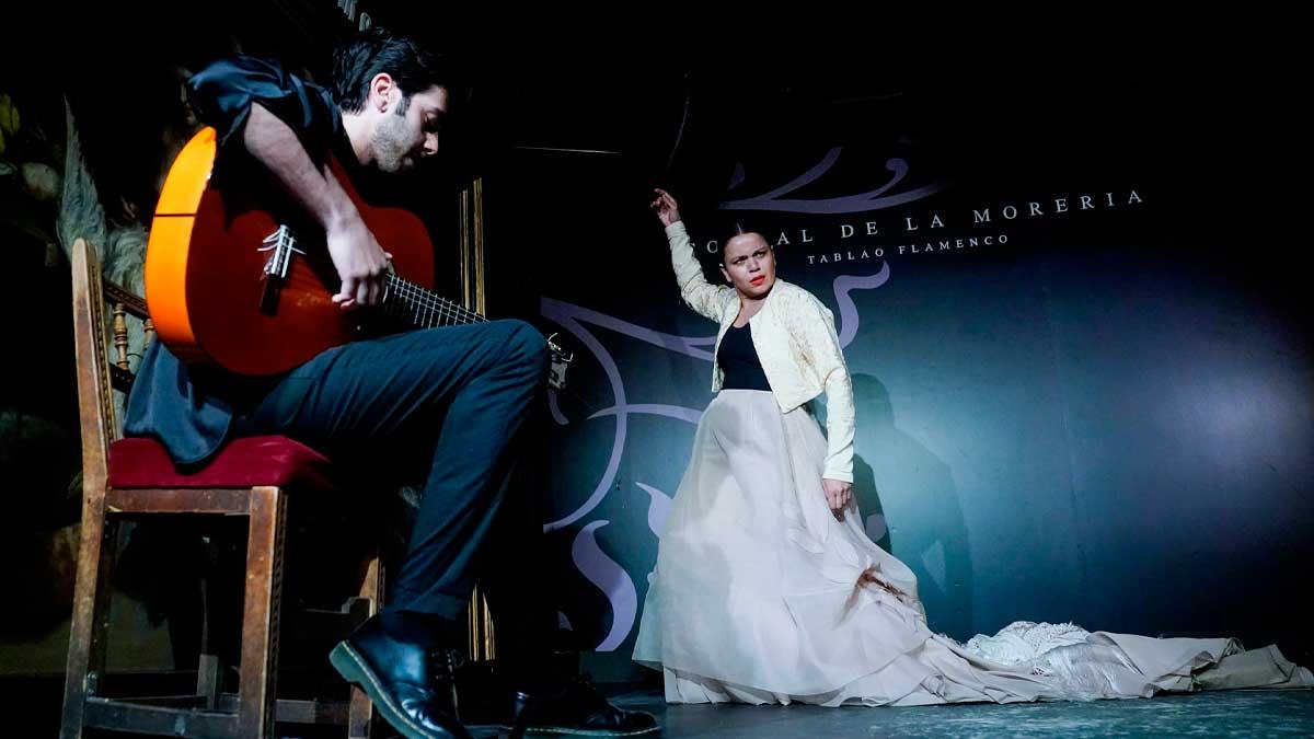 La bailaora María Moreno del grupo de flamenco «Guerrero» actúa en las instalaciones del Corral de la Morería. Foto: EP