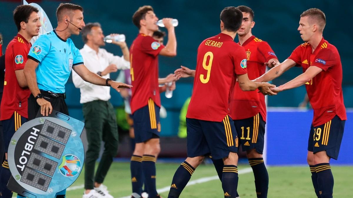 Momento en el que Gerard Moreno y Oyarzabal entran al terreno de juego, ante Suecia (EFE).
