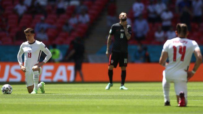Los jugadores de la selección inglesa se arrodillan antes del partido ante Croacia. (Getty)