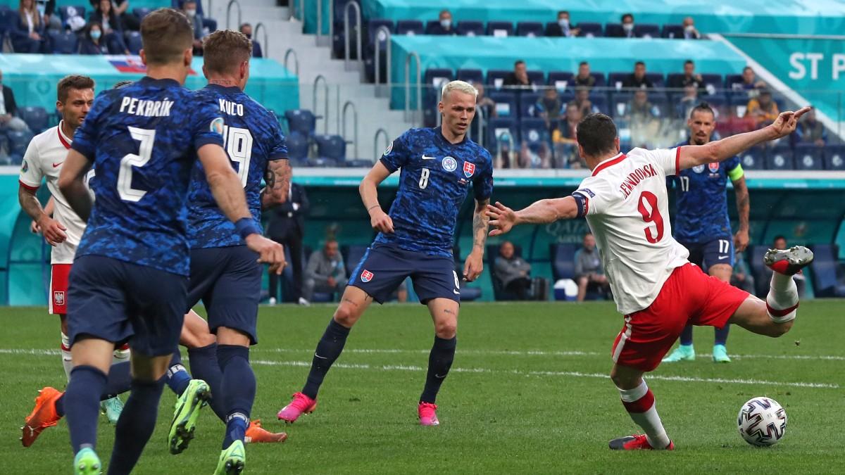 Lewandowski remata ante los defensores eslovacos. (AFP)