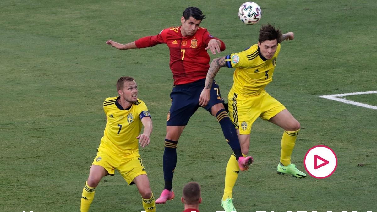 Álvaro Morata pelea un balón en el España-Suecia. (AFP)