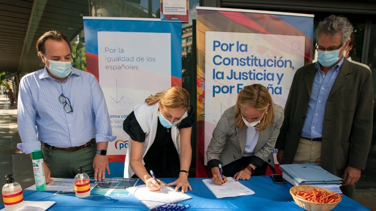 Dirigentes del PP recogiendo firmas contra los indultos. (Foto: Europa Press)
