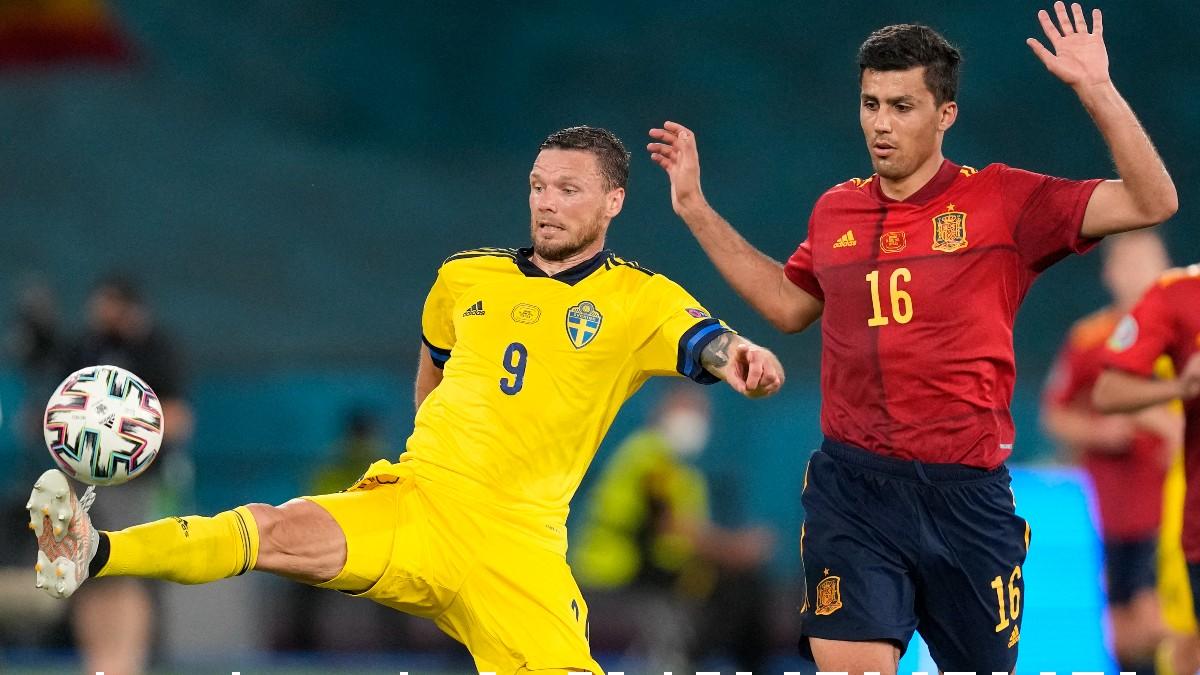Rodri pelea un balón durante el España-Suecia. (AFP)