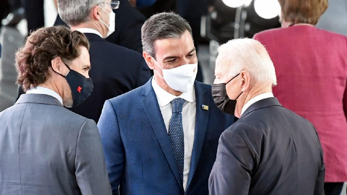 Pedro Sánchez con Biden en presencia de Trudeau. (Foto: Moncloa)