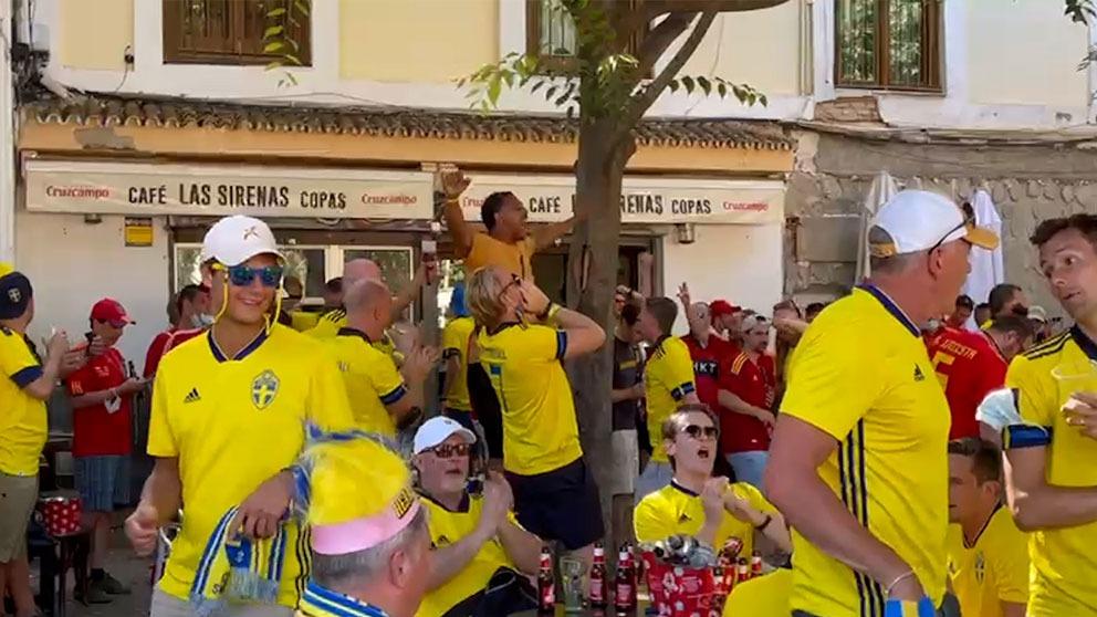 Más de 3.000 suecos toman las calles de Sevilla antes del partido contra España.