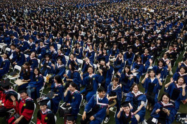 Miles de estudiantes esperan el momento de su graduación en Wuhan, epicentro de la pandemia de coronavirus. Foto: AFP