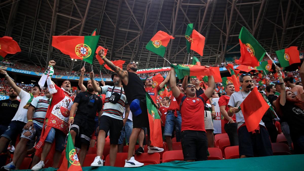 Aficionados portugueses en Budapest en el Hungría-Portugal. (AFP)