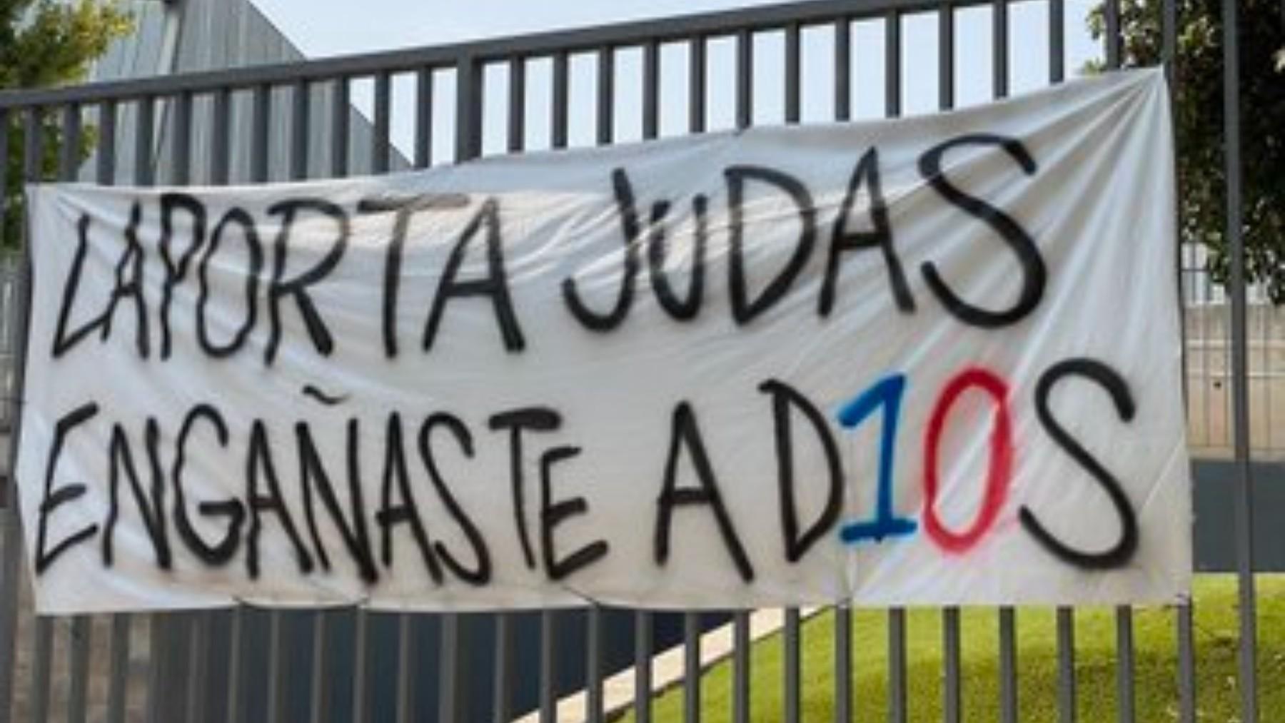 Pancartas contra Laporta en los aledaños del Campo Nou. (Fernando Palomo)