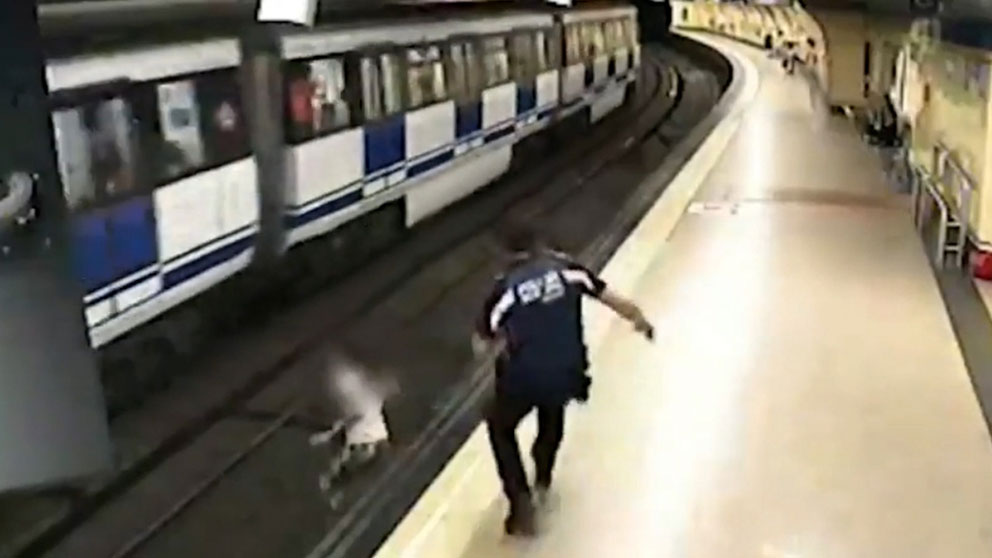 El momento en el que un Policía de Madrid evita el suicidio de una joven en el Metro.