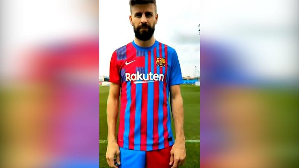 Gerard Piqué posa con la nueva camiseta del Barcelona.