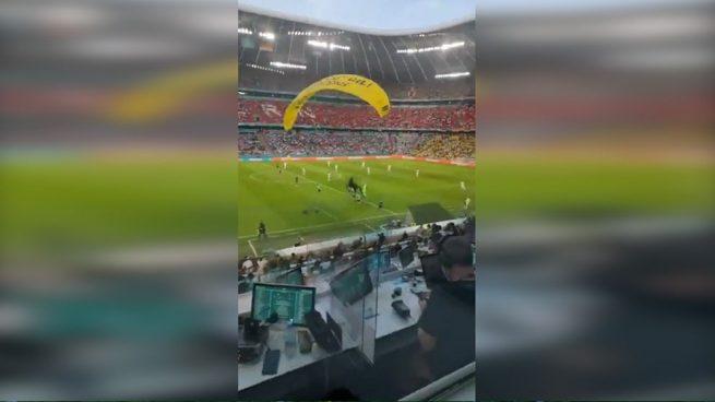 Un paracaidista de Greenpeace choca contra la Spider-cam y roza la tragedia antes del Francia-Alemania