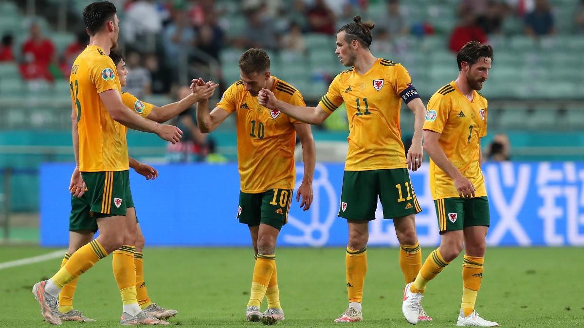 Bale y Ramsey celebran un gol de Gales.