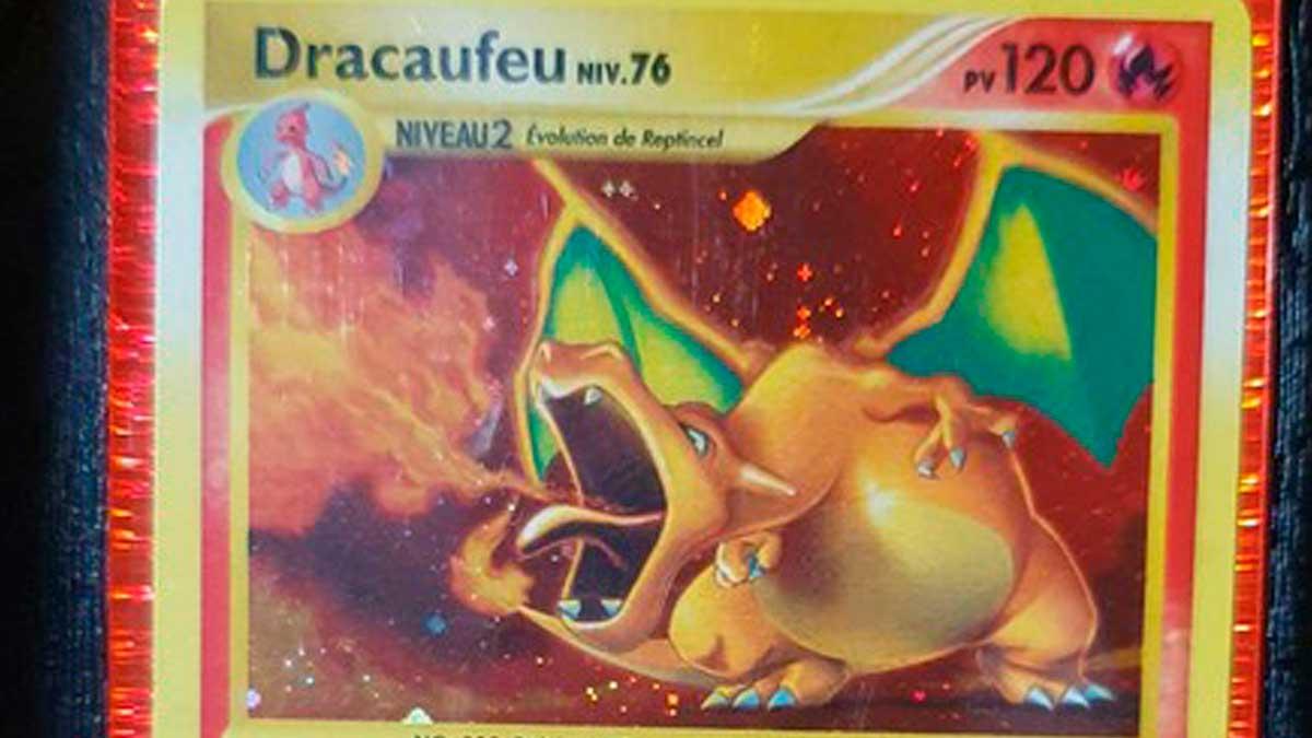 Una carta Pokemon de 'Dracafeu', Charizard en la versión española.