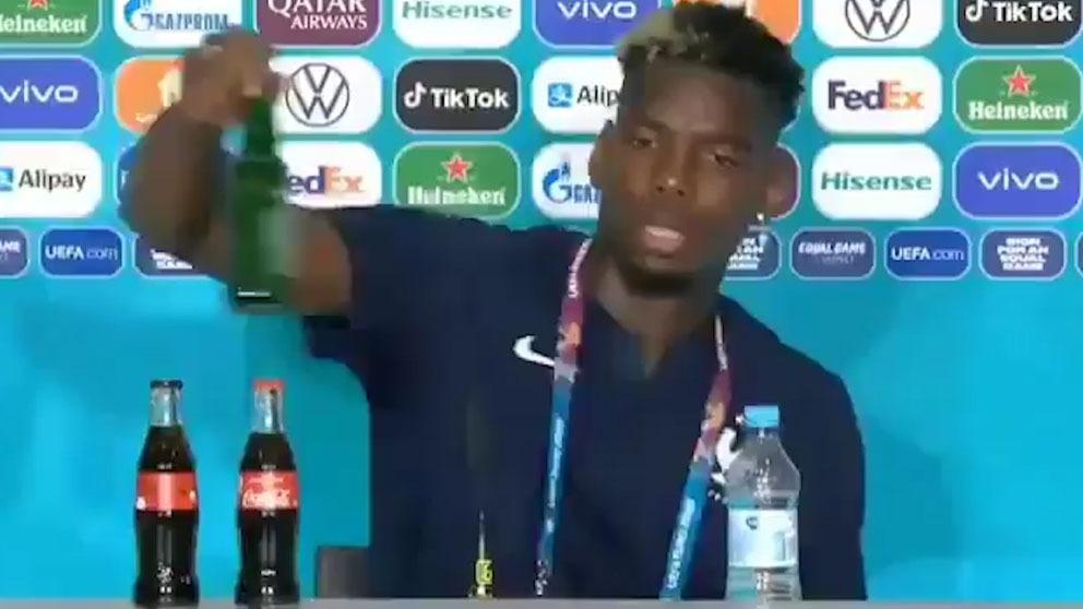 Pogba retira una botella de Heineken.